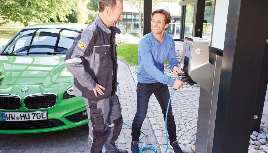 Kunde testet E-Ladestation mit Elektrofachmann